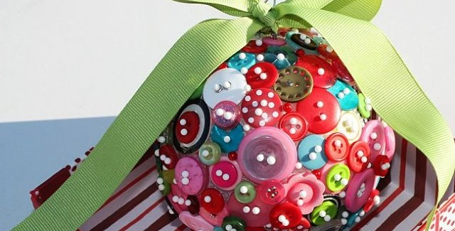 homemade-christmas-tree-ornaments-buttons-pins-ribbon-640x325.jpg