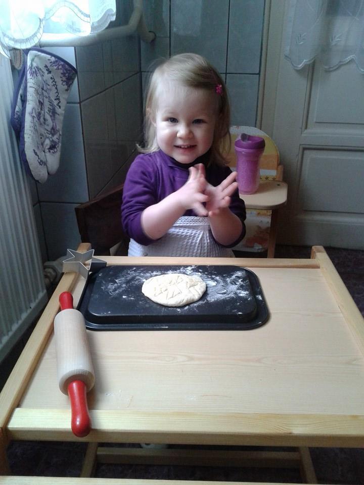 Zoé finom süteményt készít