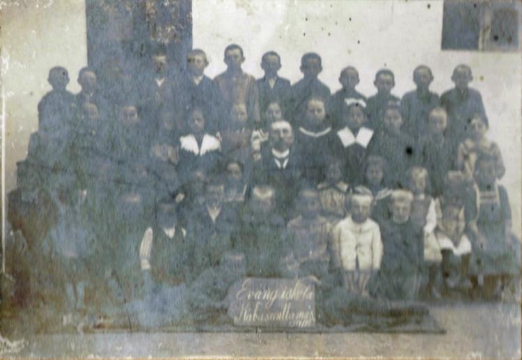 Evangélikus iskolai csoportkép_1917_18_módosított.jpg