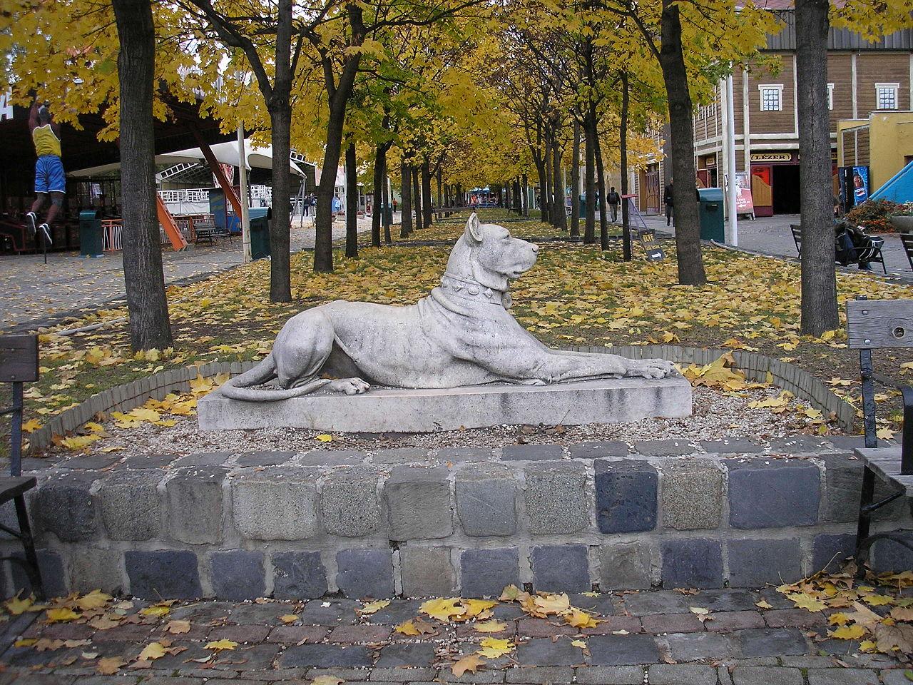 Kutyaszobor_a_vidám_parkban.JPG