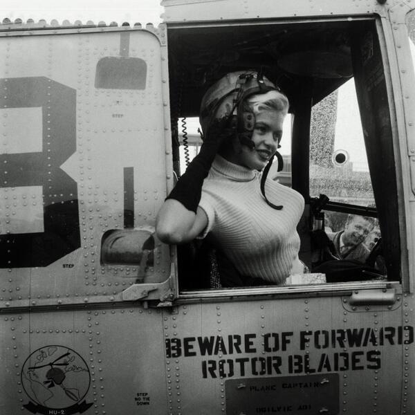 Jayne Mansfield helikopterrel hagyja el rotterdam-et 1957.jpg