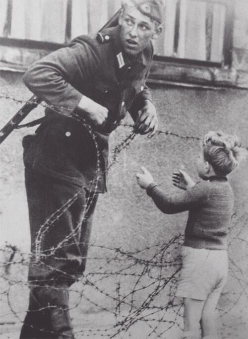 kelet német katona segít egy fiúnak 1961.jpg
