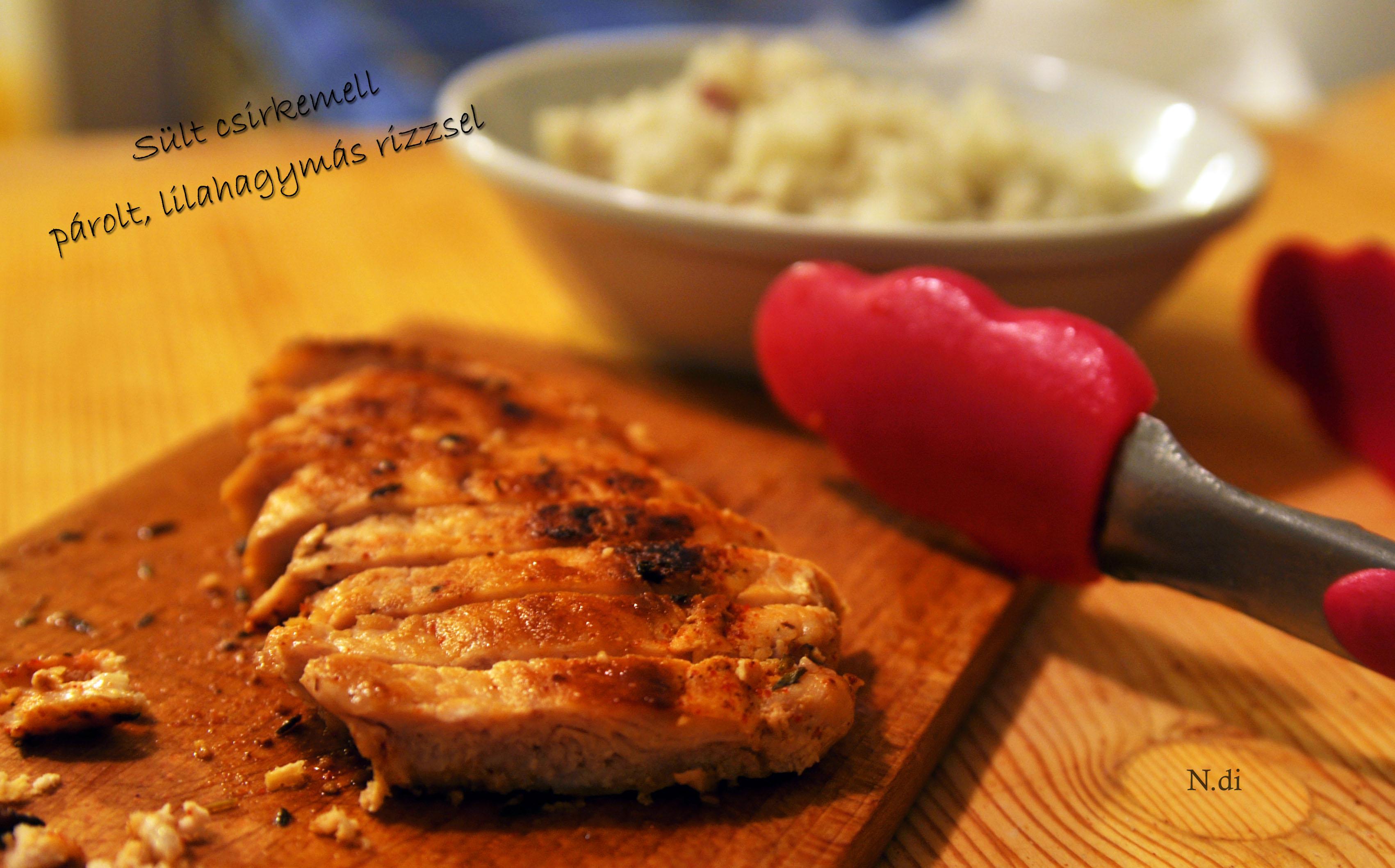 Sült csirkemell párolt, lilahagymás rizzsel