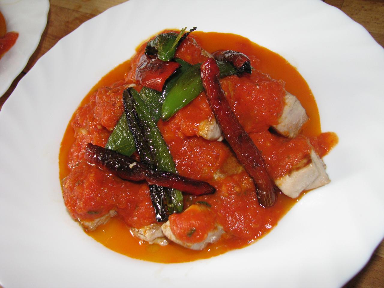 tonhal sült paprikával, paradicsomszósszal