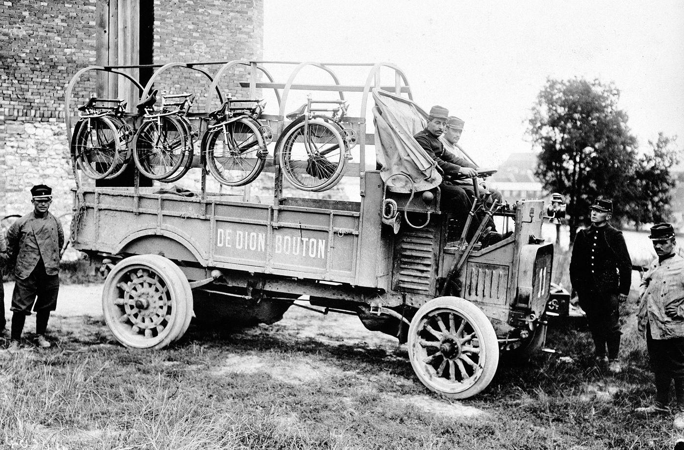 Compagnie cycliste aux grandes manœuvres, 1908.jpg
