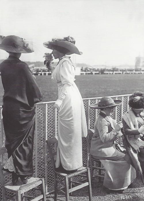 Elégantes à Longchamps, 1912.jpg