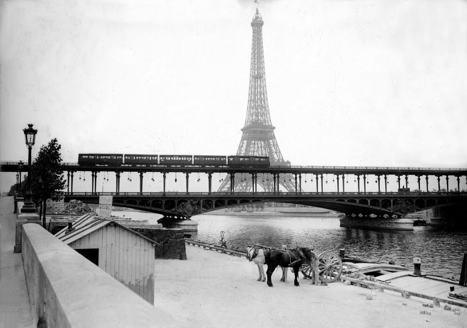 Le long de la Seine, devant le pont de Bir-Hakeim et la tour Eiffel, 1908.jpg