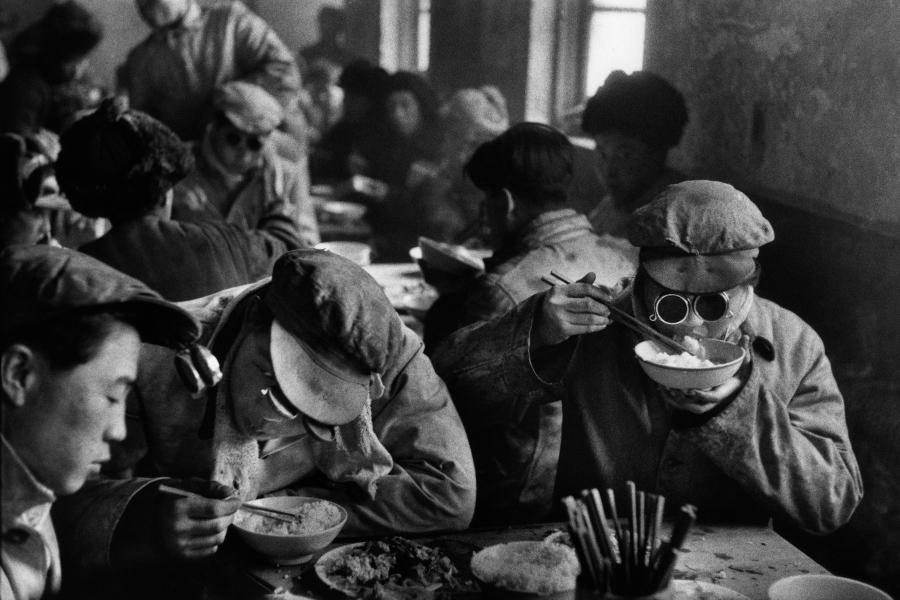 Üzemi étkezde, Kína, 1957.jpg