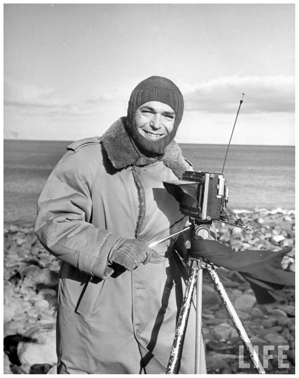 photographer-life-eliot-elisofon-on-assignment-dealing-with-atlantic-coastline-1946.jpeg