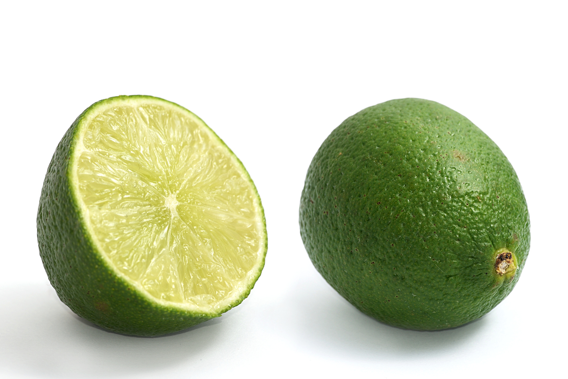 Limes_whole_and_halved.jpg