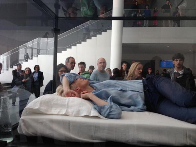 Tilda Swinton alszik. A múzeumban...