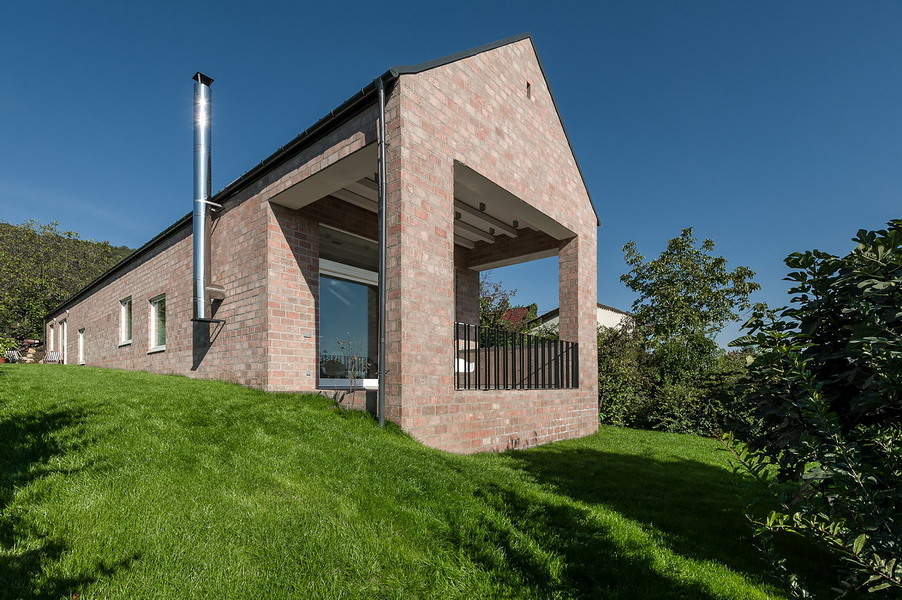 12 the-long-brick-house-foldes-architects_04_outside_view.jpg