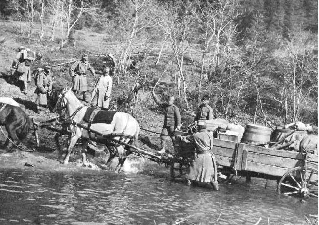 12. A székely hadosztály katonái átkelnek egy patakon.png