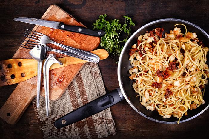 spagetti_fokhagymas_kenyerbellel_1_kesz_700.jpg