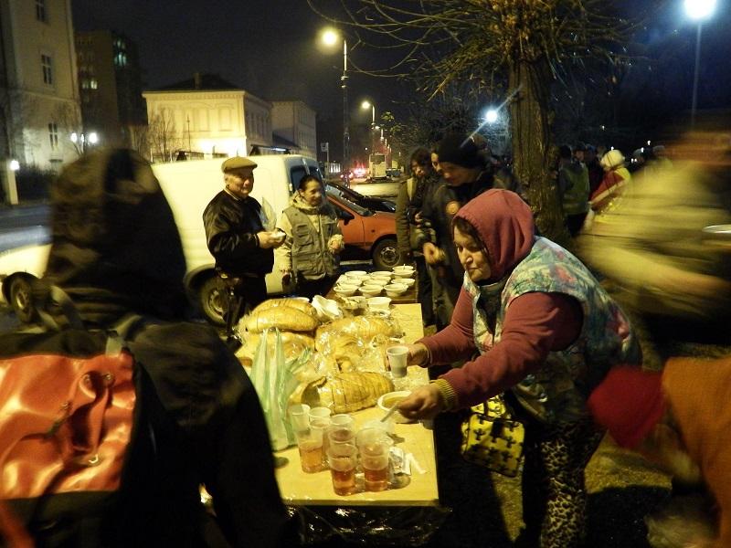 Óriási tisztelet és köszönet illeti meg az ételosztás valamennyi önkéntesét.