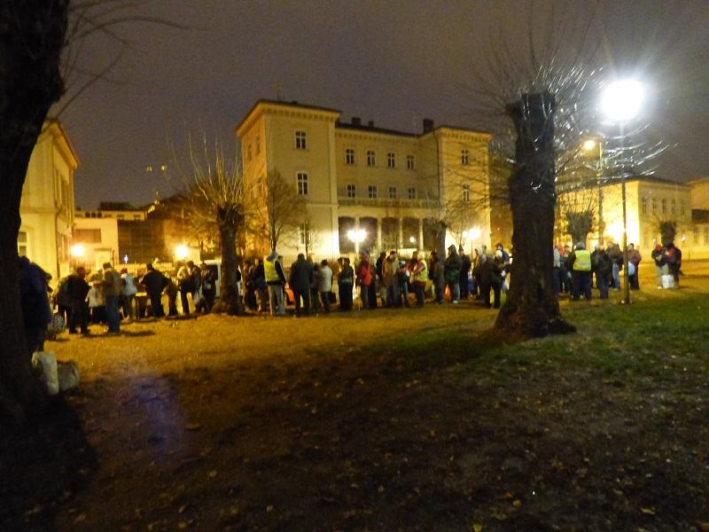 Úgy is százas létszámú tömeg érkezett, hogy tegnap más ételosztás is volt a fővárosban.