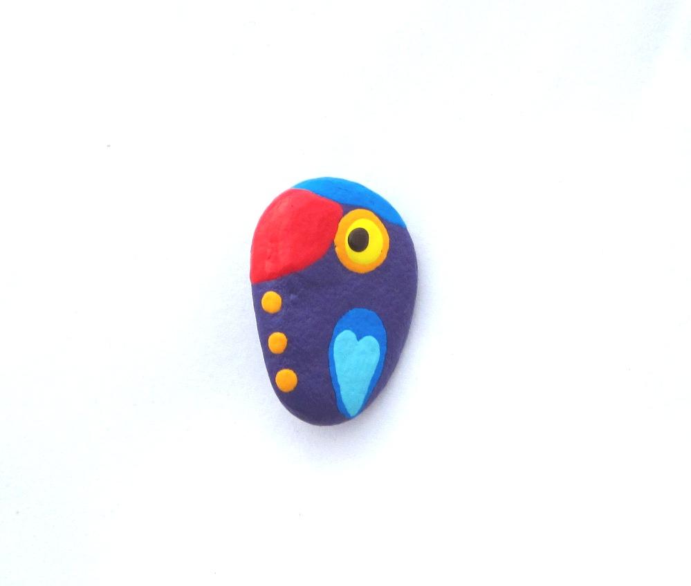 Piroscsőrű lila papagáj kitűző
