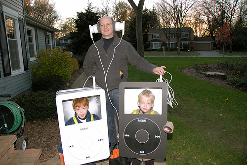 Aple-iPods-with-giant-headphones-kids-and-adult-costume.jpg
