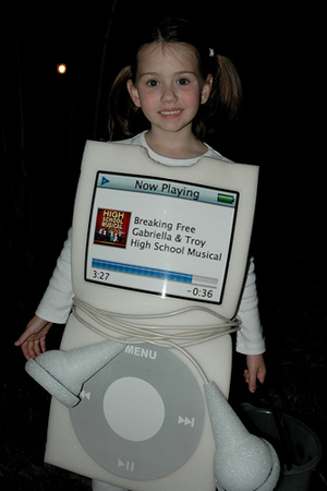 girl-in-white-Apple-iPod-costume-with-headphone-belt.jpg