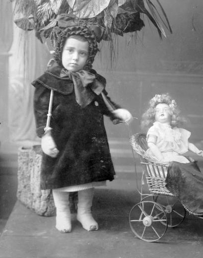 Kislány babával Fortepan 1904.jpg