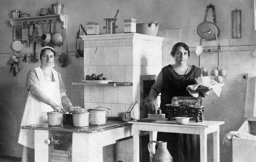 cselédek konyhában.jpg