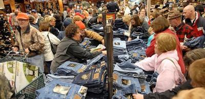 Karácsonyi bevásárlás zsúfolt bevásárlóközpontban