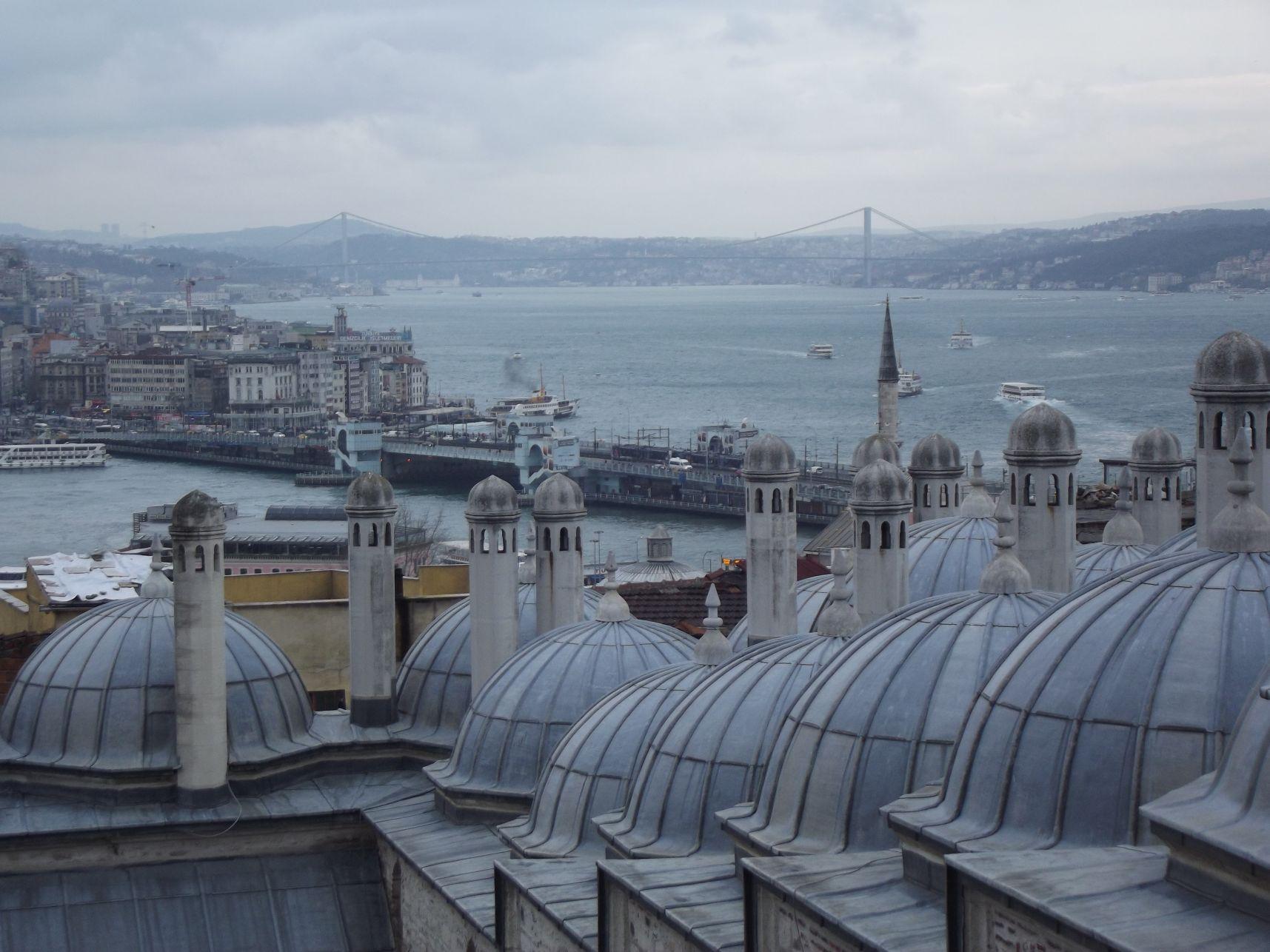 A Galata-híd a Szulejmán Mecset udvaráról