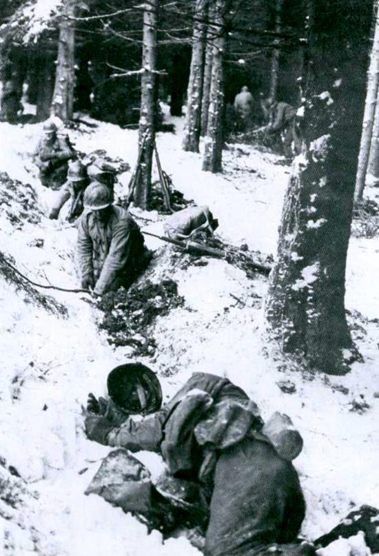 us troops digging in the bulge.jpg