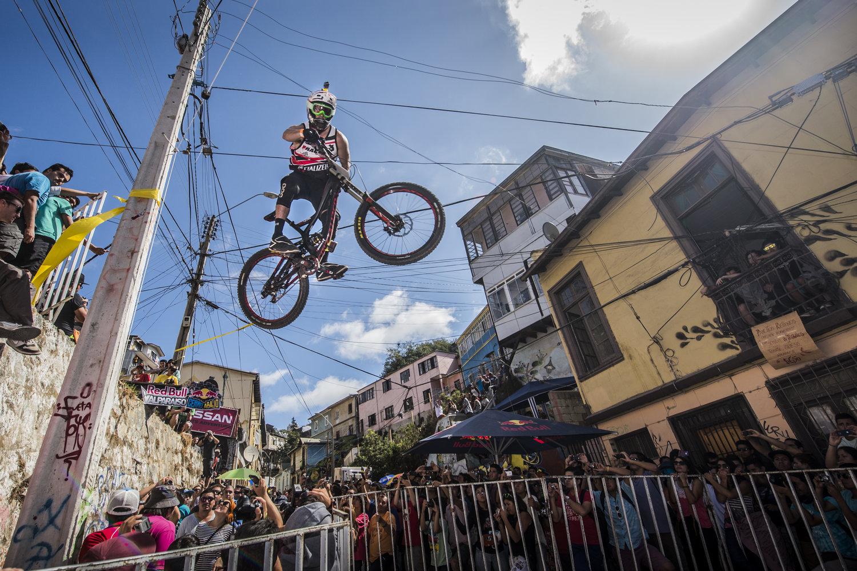 urban-mtb-downhill-red-bull-valparaiso-cerro-abajo-2014.jpg