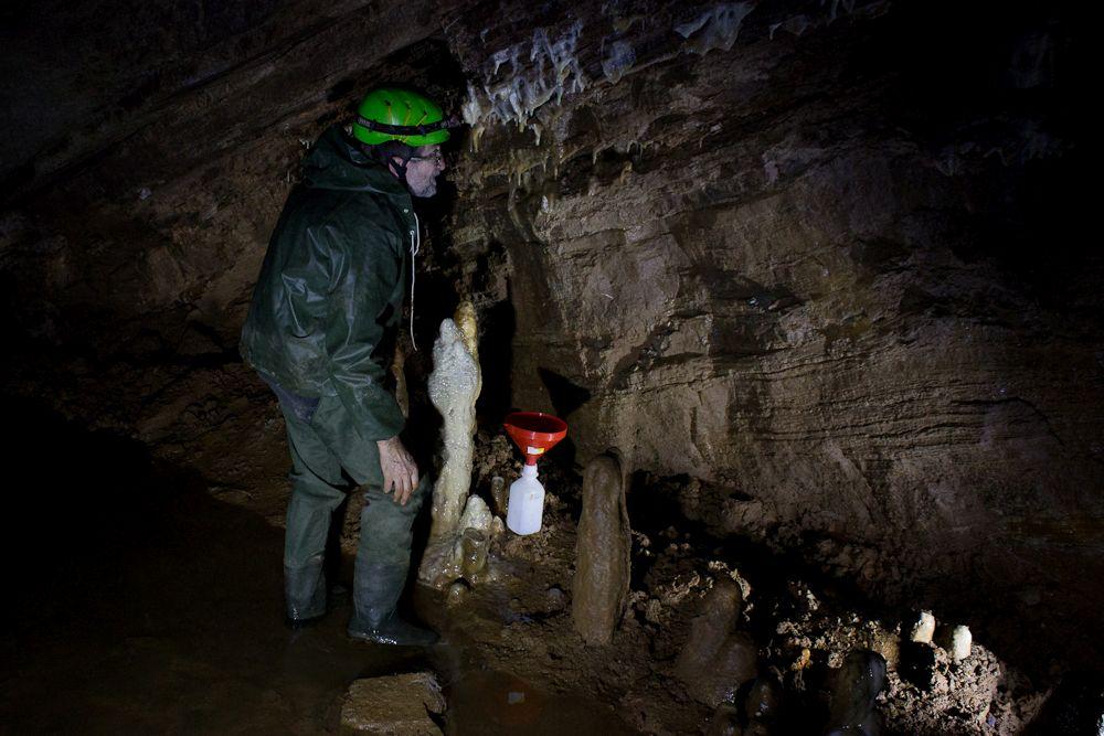 Csepegővíz-gyűjtő berendezés a Baradla-barlangban. Fotó: Balázs Gergely