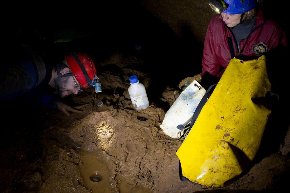 """Új találmányunk, a """"feszített víztükrű vízi talajcsapda"""". Fotó: Balázs Gergely"""