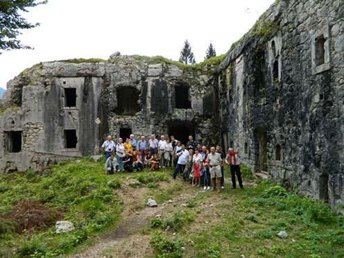 Csoportkép a pusztuló Hermann erőd előtt