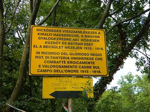 Magyar felirat hirdeti a 4. honvédgyalogezred emlékgúláját San Martino del Carso községben
