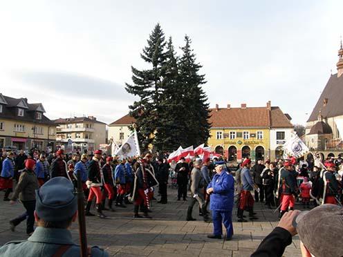 Limanova városának főtere, a december 13-i ünnepségre bevonuló hagyományőrzők