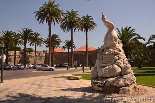A Félszigeti háború, illetve a 19. gyalogezred emlékműve a Lisszabon melletti Cascaisban. A táblára felvésték a Nagy Háborút is.