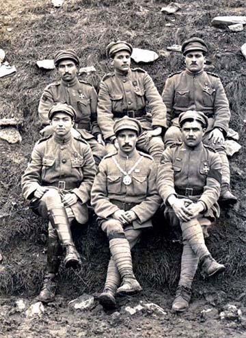 """A Lys-völgyi csata portugál hőse, és egyben a legmagasabb, illetve legtöbb kitüntetést begyűjtő portugál katona, """"o Soldado Milhões"""" (kb: """"A milliókkal felérő katona""""), rendes nevén Aníbal Milhais (alsó sor, középen), foglalkozására nézve földműves, aki Luísának becézett Lewis géppuskájával egymaga két egymás után rohamzó német alakulatot is leterített, fedezve ezzel társai visszavonulását."""