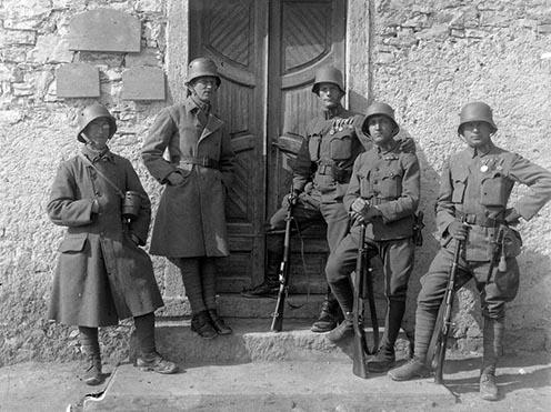 Katonák csoportja háború végi uniformisban