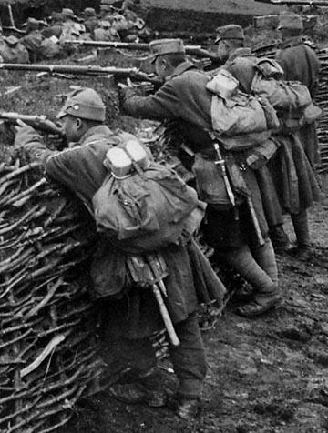 Katonák hátizsákra málházott 1912 M evőcsészével