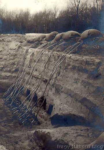Beásott gázpalackok (lent), a homokzsákok alatt a fúvócsövek (fent)