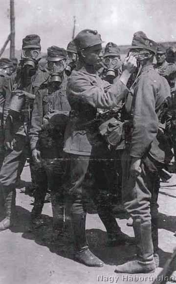 Gázálarc próba a fronton az 1. honvéd gyalogezredben
