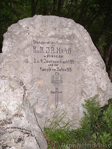 A 46-os ezredparancsnokság sziklába faragott emléköve az  1915-ben, a 3. és 4. isonzói csata idején és az 1916. évi harcok során harcálláspontul szolgáló dolinában San Martino del Carso falu határában napjainkban
