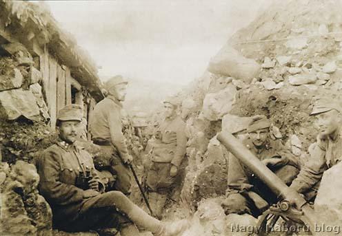 A 46-osok sziklába vágott lövészárka aknavetővel a 18-as védelmi szakaszban San Martinónál 1916 tavaszán. A kép baloldalán dekungok sorakoznak