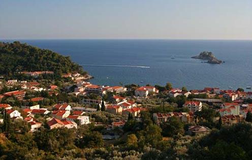 Petrovac na moru napjainkban: jobb felső sarokban a Sveta Nedelja sziget