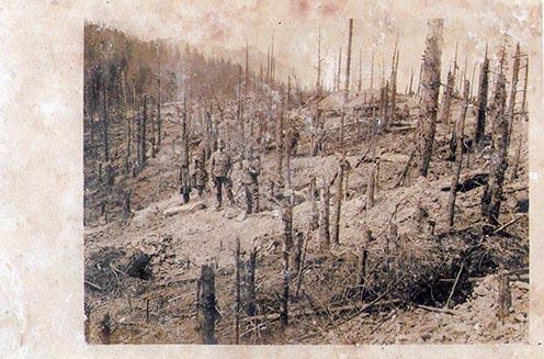Letarolt hegyoldal a tüzérségi tűz után