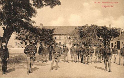 A honvéd laktanya korabeli képeslapon