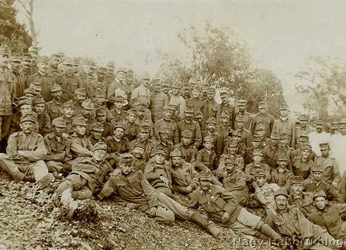 Csoportkép a háborúból. Középen fent Ungváry József
