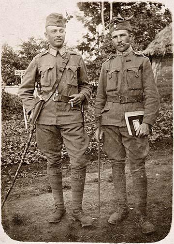 Apám látható ezen a képen egy katonatársával a fronton