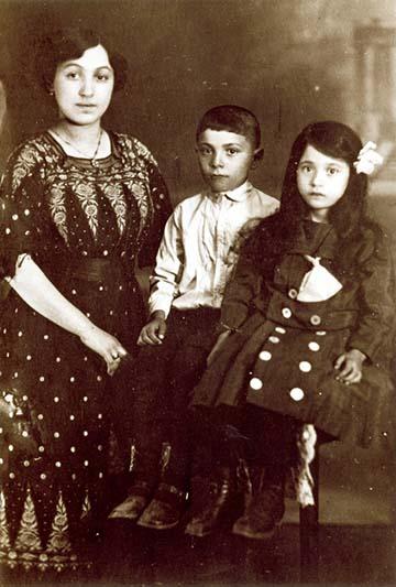 A mostohaanyám, a testvérem [Bauer Árpád] és én vagyunk a képen, az első világháború alatt valamikor.