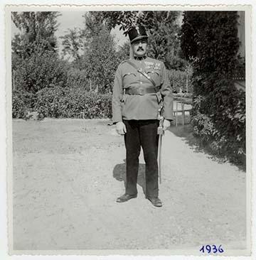 Apám a rákoscsabai nyaralónk kertjében honvéd századosi díszegyenruhájában 1936-ban. A bátyám készítette a képet.