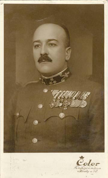 Apám honvéd századosi díszegyenruhájában, 1938-ban az összes kitüntetésével.